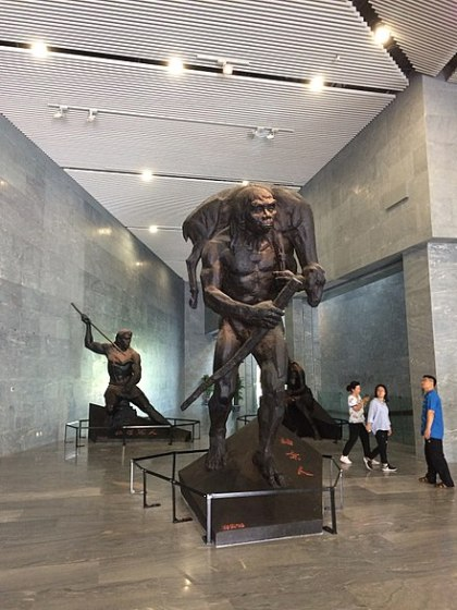 440px-Sculpture_of_Peking_Man_at_the_Zhoukoudian_Museum